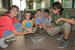 08 Rodina Raškova z Plzně s líhnoucím se krokodýlem siamským